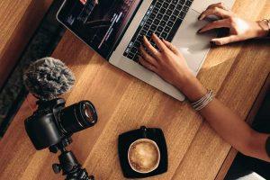 un opérateur travaille sur des fichiers vidéos